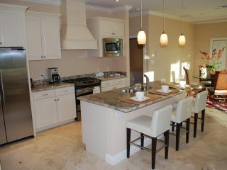 Stunning Granite Kitchen w/Breakfast Counter Dining