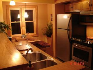 Fully equipped kitchen with the cutest dinning nook