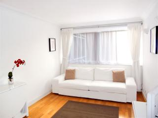 Gorgeous Apt in Trendy Fitzrovia, W1: Kingsize Bed