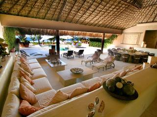 Luxury Beachfront Villa - Chef, Maid,Car & Driver, Puerto Escondido