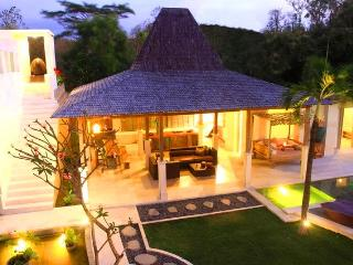 SLEEPS 12! FIVE MINUTES FROM GOLF COURSE & BEACH, Jimbaran