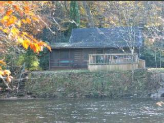 RIVERFRONT! HOT TUB!  Log cabin.Private.Fully staffed.Pet friendly.TOP RATED !