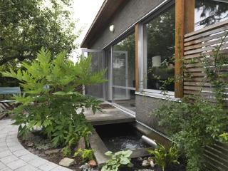 Charming Urban Cottage, Quiet Patio, Garden, Pond, Vancouver