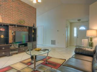 Montego House, Spacious Getaway with Outdoor Pool, Kissimmee