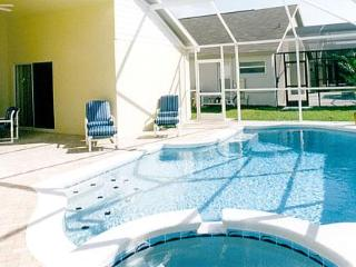 Private screened pool/spa area