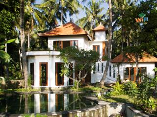 VILLA SURYA ~ HUGE POOL ~ SLEEPS 5/6 ~ AC ~ CATERED ~ BALI ~ TRANQUIL ~ SCENIC, Karangasem