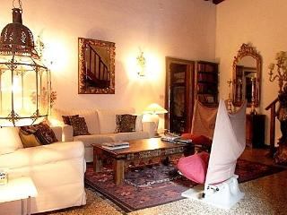 Elegant, atmospheric, large 12th century apartment, Venedig