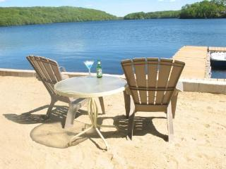 The Sun, Sand and Relaxation at Hand! Direct Lakefront, Perfect for  2