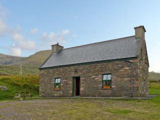 AN NEAD, pet friendly, character holiday cottage, with a garden in Dingle