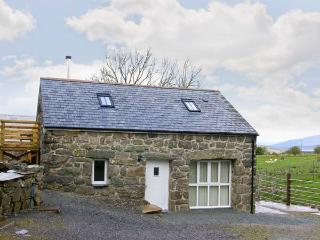 HENDRE COTTAGE, family friendly, character holiday cottage, with a garden in, Trawsfynydd