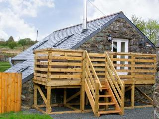 HENDRE COTTAGE, family friendly, character holiday cottage, with a garden in Tra