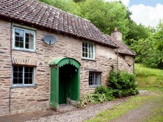 HADDEO COTTAGE, pet-friendly, character holiday cottage, with a garden in, Dulverton