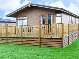 GRESSINGHAM TWO, pet friendly, country holiday cottage, with pool in South Lakeland Leisure Village, Ref 12262, Kendal