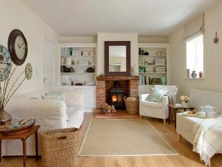 GROVE COTTAGE, pet friendly, luxury holiday cottage, with open fire in Thirsk, Ref 12465