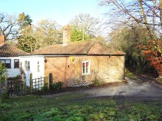 GAMEKEEPER'S COTTAGE, pet friendly, country holiday cottage, with hot tub in Bawsey, Ref 10038, King's Lynn