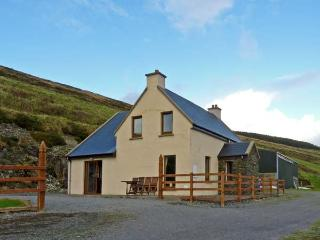 CARRAIG VIEW, pet friendly, with a garden in Ballinskelligs, County Kerry, Ref