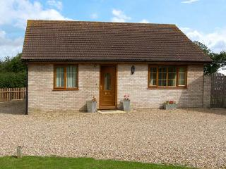 THE ANNEXE, family friendly, country holiday cottage, with a garden in Tivetshal