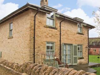 BADGER'S LODGE, pet friendly, country holiday cottage, with pool in Cotswold Water Park, Ref 12604, Cirencester