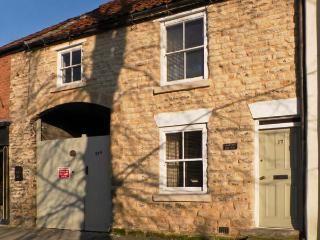 COOPER'S COTTAGE, pet friendly, character holiday cottage, with a garden in Pick