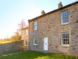 COVERCOTE, pet friendly, character holiday cottage, with a garden in Horsehouse,
