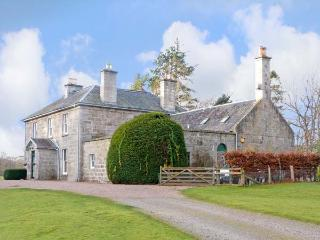 INVERALLAN HOUSE, pet friendly, luxury holiday cottage, with a garden in Grantow