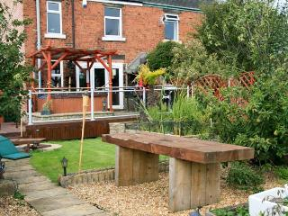 302 OVER LANE, pet friendly, country holiday cottage, with hot tub in Belper