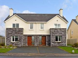 NUMBER 9 KNIGHTS HAVEN, pet friendly, with a garden in Knightstown, County Kerry, Ref 11988