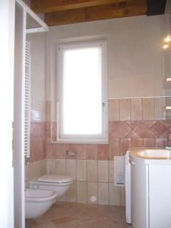 Main bathroom with shower, WC, bidet and washing machine