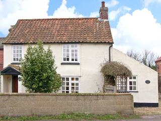 HOLLYHEDGE COTTAGE, pet friendly, country holiday cottage, with a garden in Briston, Ref 12091