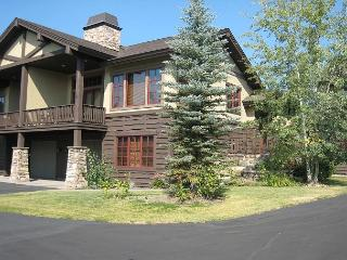Luxury townhome short walk to Payette Lake and Downtown, McCall