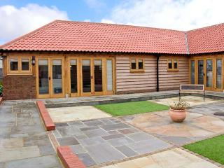 5A HIDEWAYS, family friendly, character holiday cottage, with a garden in Hunstanton, Ref 5657