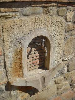 Relax & Love in Tuscany: little water fountain realized with part of the antique wine barrels
