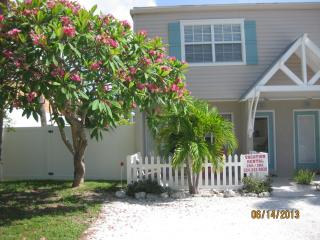 ISLAND TOWNHOUSE - 200 Steps to the BEACH, Holmes Beach