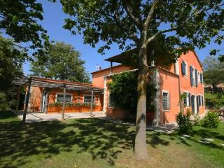 6 Bedrooms with Ensuite Baths, Pool, Wifi, Great Location, Siena