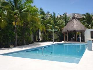 Coco Beach Condo w. new POOL close to beach & 5th., Playa del Carmen