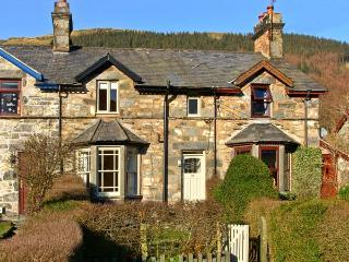 PENRHYN HOUSE, family friendly, country holiday cottage, with a garden in Cwm Pe