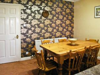LITTLE ACRE, pet friendly, country holiday cottage, with a garden in Langtoft, Ref 11628