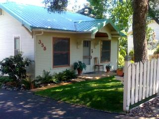 The High Street Cottage An Artists' Garden Cottage, Ashland