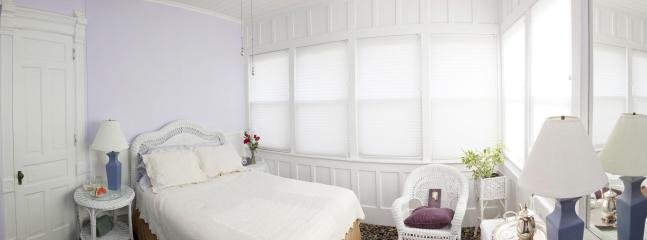 Sweet Violet Room, Queen Bed, Shower in the bath