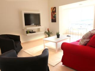 S U N N Y  ✺  Seaside 1BR, 30sec to Gordon♒Beach!
