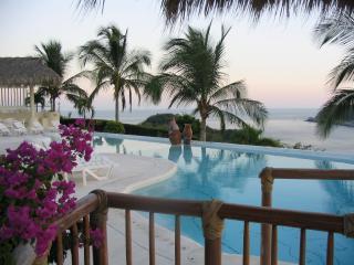 Casa Alegre Beautiful Oceanfront Condo, Huatulco