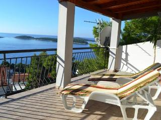 APART. ANTONIJA -LARGE TERRACE -   BEAUTIFUL VIEW TO THE SEA -DISCOUNT APRIL-MAY, Hvar
