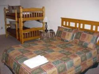 Seconda camera da letto al piano terra con queen e due letti a castello