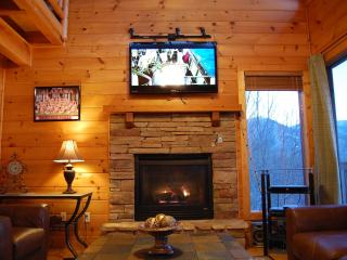 Den: Stacked Stone Fireplace, 50 inch TV, Blu-ray, Leather Furniture, Spectacular View, WiFi