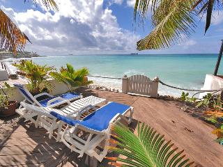 SMART VILLA...nestled beachfront at Pelican Key, Baie de Simpson