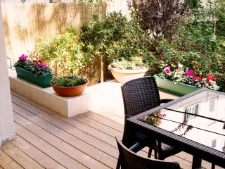 G A R D E N  ✿  1BR, 30 Sec walk to Gordon♒Beach!, Tel Aviv