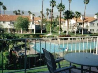 Beautiful condo w/ balcony overlooking large pool, Palm Desert