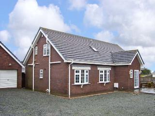 FIRHAVEN, family friendly, with a garden in Rhosneigr, Ref 13428