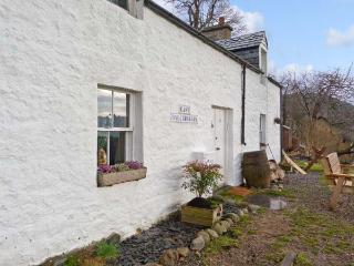 EAST BALCHRAGGAN COTTAGE, pet friendly, character holiday cottage, with a garden in Drumnadrochit, Loch Ness, Ref 13989