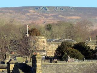 JOURNEYMAN LOFT, enviable position, off road parking, woodburning stove, in Skipton, Ref 12251